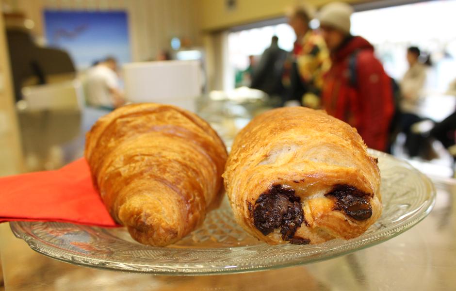 Croissants mit und ohne Füllung im Cafe Francais